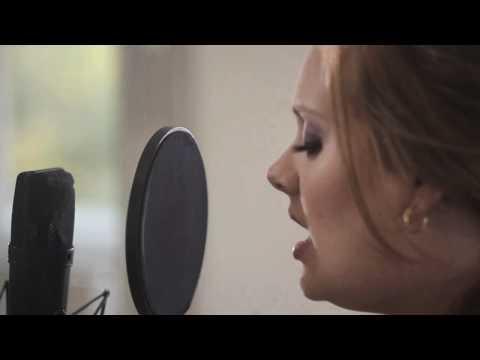 Adele thu hát tại nhà với microphone