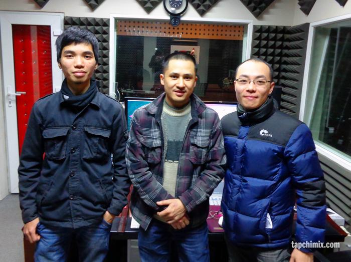 Anh Mai Kiên (giữa) tại ControlRoom của AMG Studio