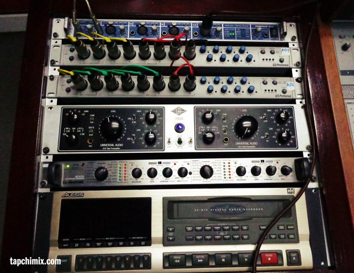 Từ trên xuống: RME FF800, PreSonus FireStudio (x2), UAD 2-610 PreAmp, TC C300 Compressor, Alesis 8-track Digital Recorder