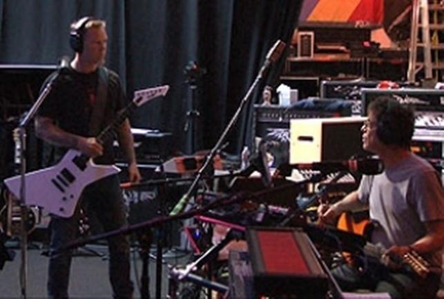 James Hetfield: Ê, mày có thấy là tiếng của mày quá to ko????!!