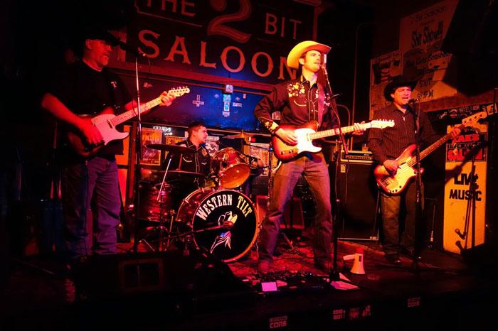 Ở những club nhỏ ntn, các nhạc công thường không cần volume của trống quá to trên sân khấu do họ có dàn trống thật ngay sau lưng rồi. Nhưng khán giả thì khác