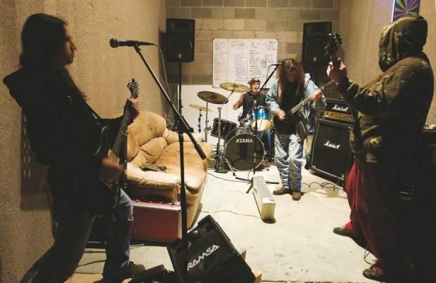 Các metal band thường tập với cường độ âm thanh rất lớn