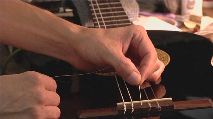 Thay dây và căn chỉnh đàn guitar
