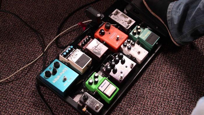 Thuyết phục các guitarist bỏ bớt effect pedal khi thu là một thách thức!